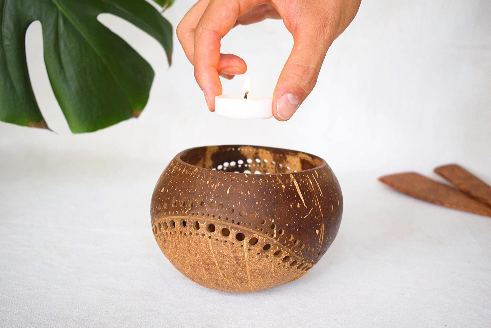 Portavelas de coco con vela Nouc_Kokonat Bowls
